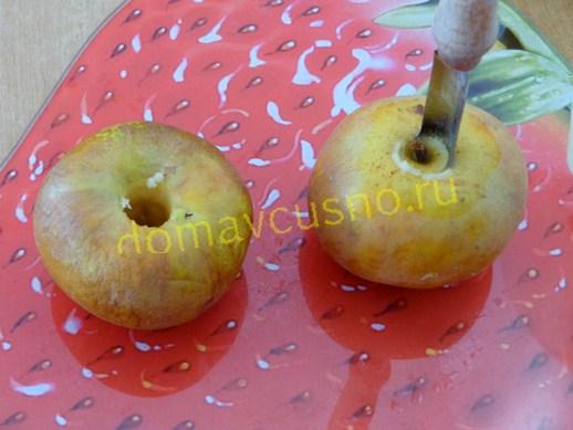 Яблоки моем,вынимаем семенную коробочку