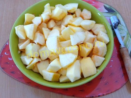 Яблоки очищаем от кожицы и нарезаем