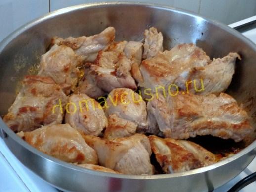 Обжарим  мяса с ребрышками